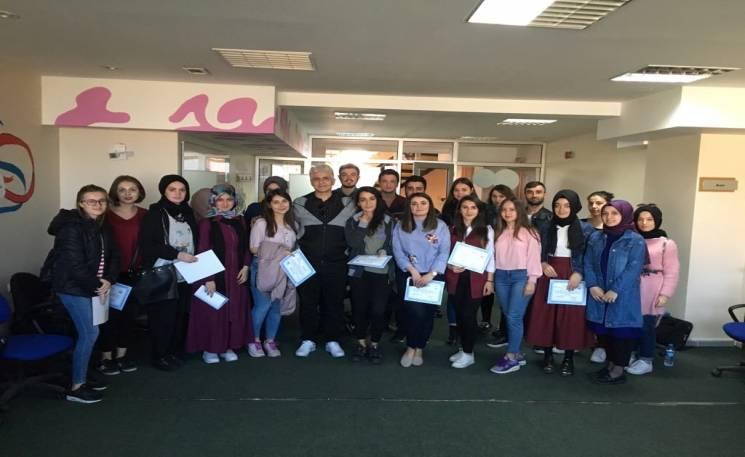 """Sakarya Üniversitesi Sosyal Hizmet Öğrenci Topluluğu 21-22 Nisan 2018 tarihlerinde sosyal çalışmacı-psikodramatist Odise VUÇİNAS'ın katılımıyla """"Aile İçi Şiddet """" temalı psikodrama grup çalışması gerçekleştirdi."""